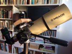 Refractor 80/400 sobre trípode fotográfico.